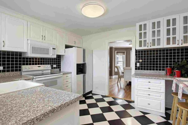 Kitchen floor with tile pattern